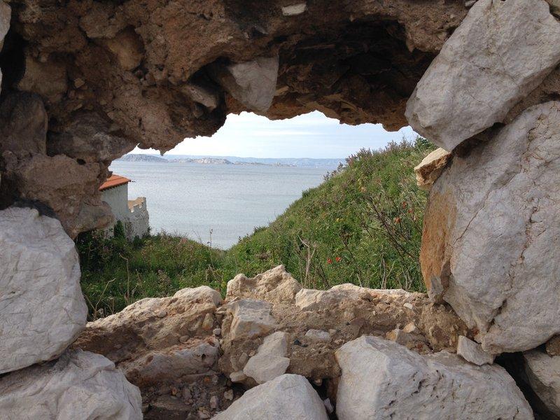 Le crassier vu du mur en ruine bordant la route