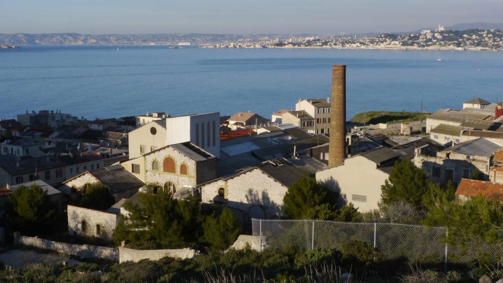 Vue de l'usine depuis la colline